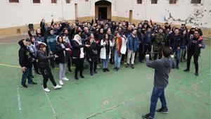 Fotografía de familia de los raperos que han participado en unvideoclip autoinculpatorio rodado en la Modelo.