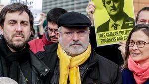 El 'exconseller' Lluís Puig junto a Meritxell Serret y Antoni Comín en una manifestación en Bruselas.
