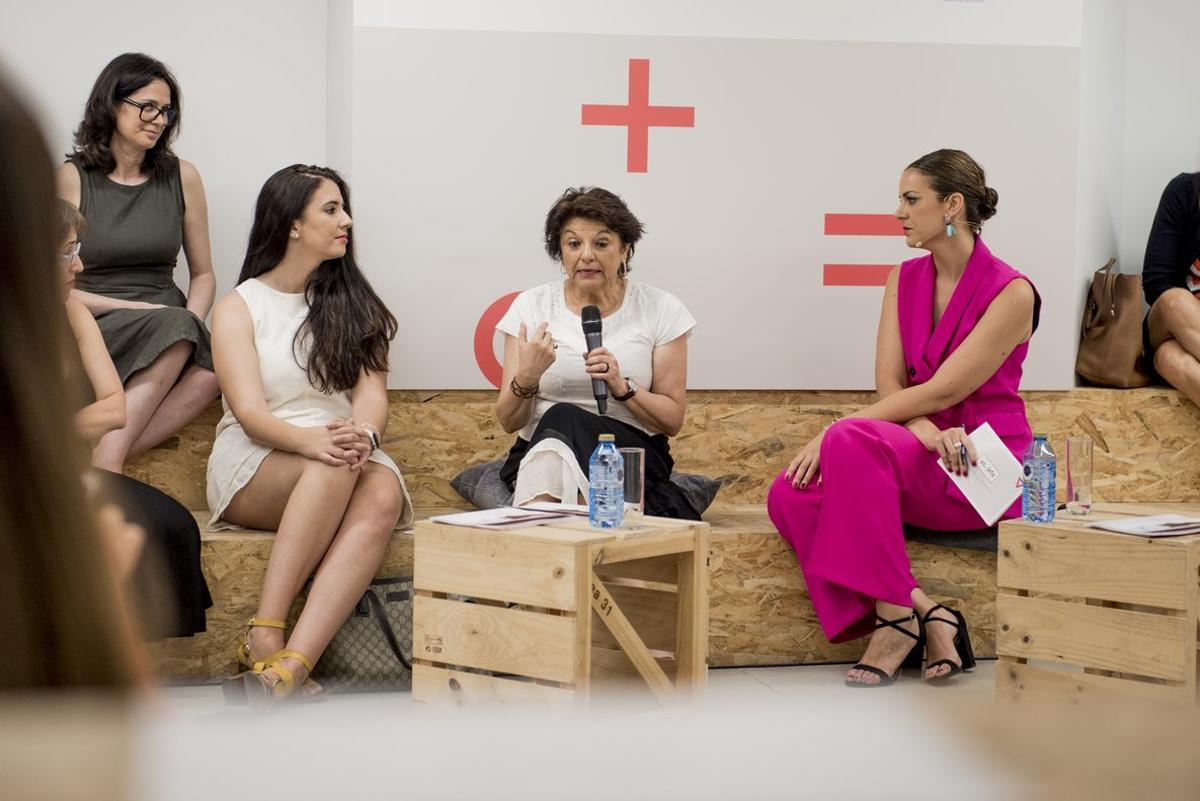 Lasecretaria de Estado de Igualdad, Soledad Murillo, junto a algunas de las partícipes del programa Yo, jefa.