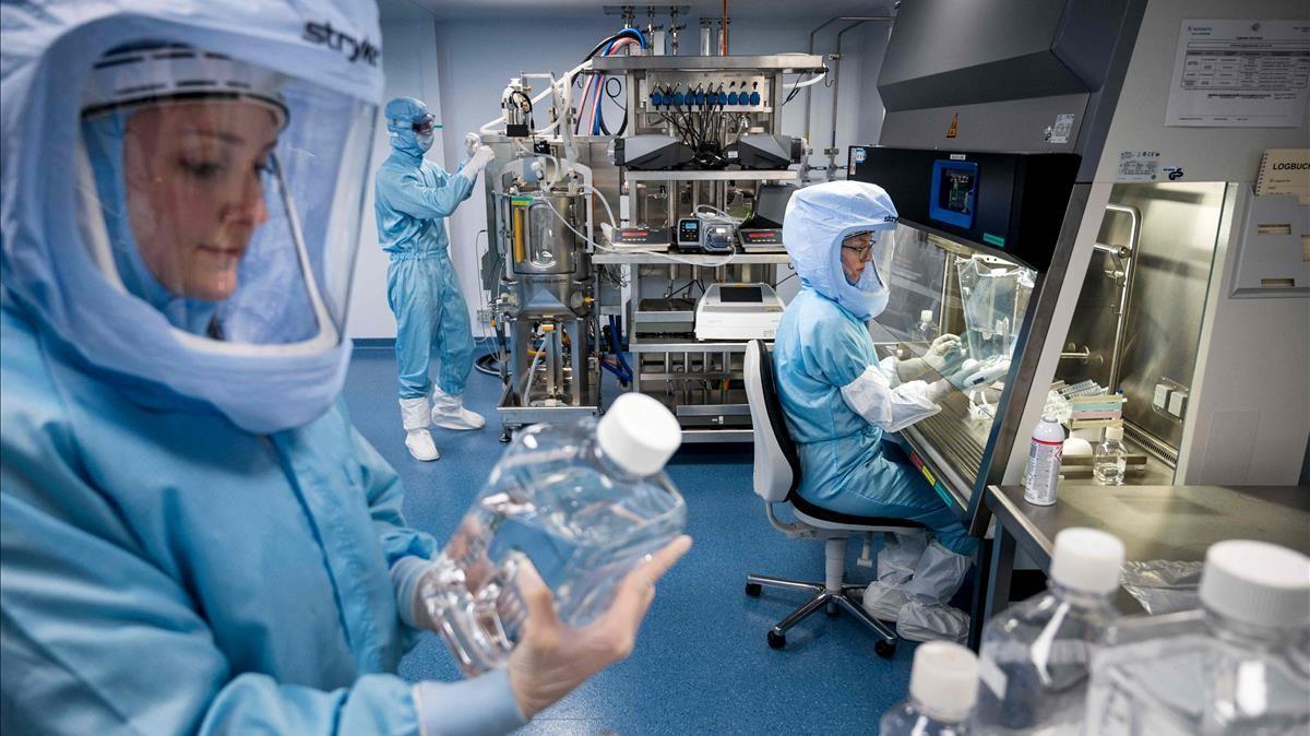 Técnicos trabajan en la producción de la vacuna contra el covid-19 de Pfizer y BioNTech, la primera aprobada para hacer frente a la pandemia.