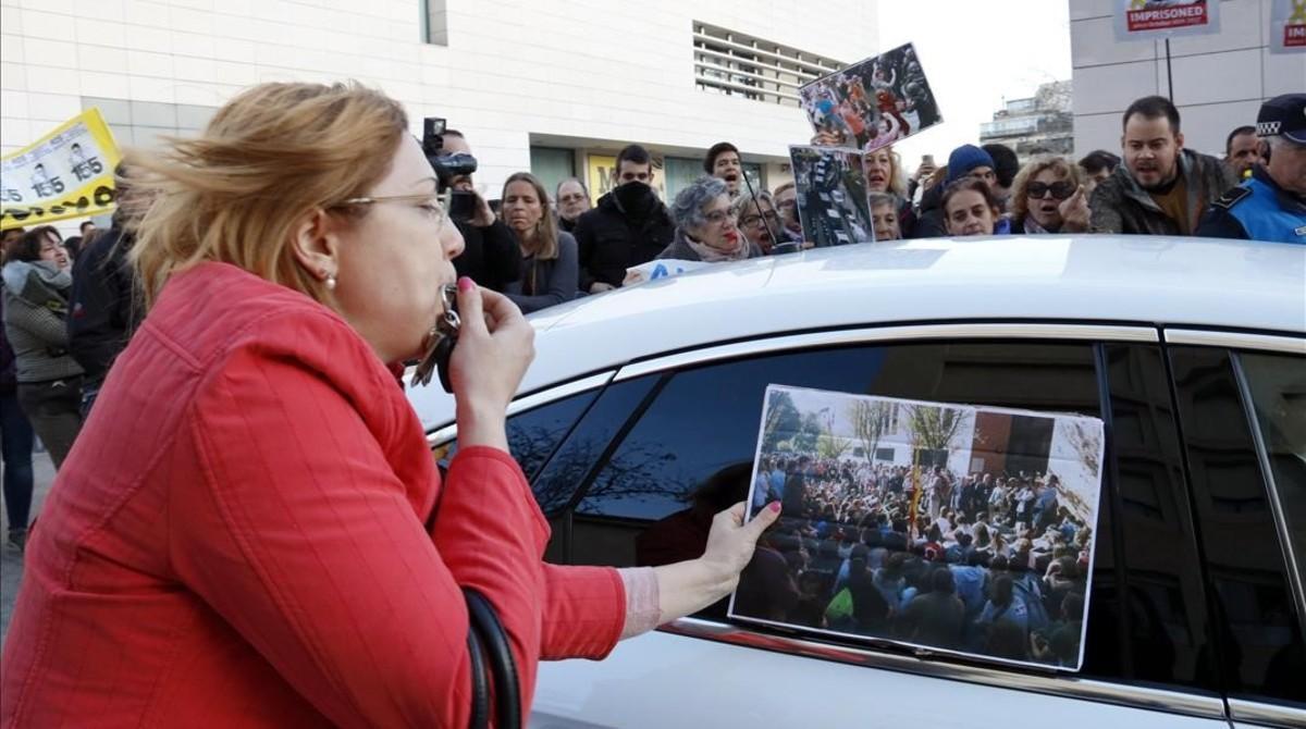 Un grupo de manifestantes (entre ellos, el rapero Pablo Hasél) increpa a Àngel Ros a su llegada al Museu de Lleida.