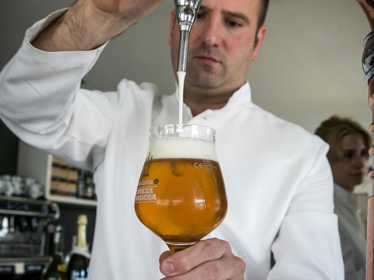 Un camarero tira una cerveza.