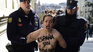 Protesta de las Femen ante el Congreso de los Diputados