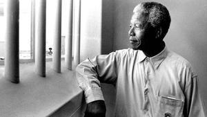 La mítica foto de Mandela revisitando su celda, donde estuvo preso 27 años.