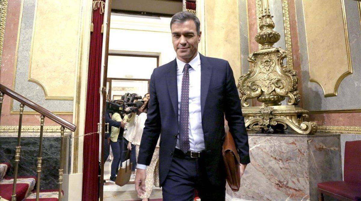 El presidente en funciones, Pedro Sánchez, entra en el pleno del Congreso de los Diputados, este miércoles.