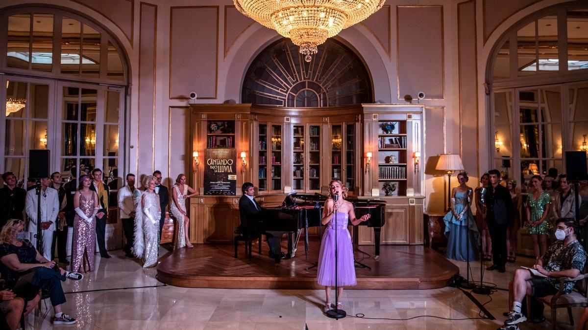 Momento de la presentación del musical 'Cantando bajo la lluvia', con Manu Guix al piano, este lunes en Barcelona.