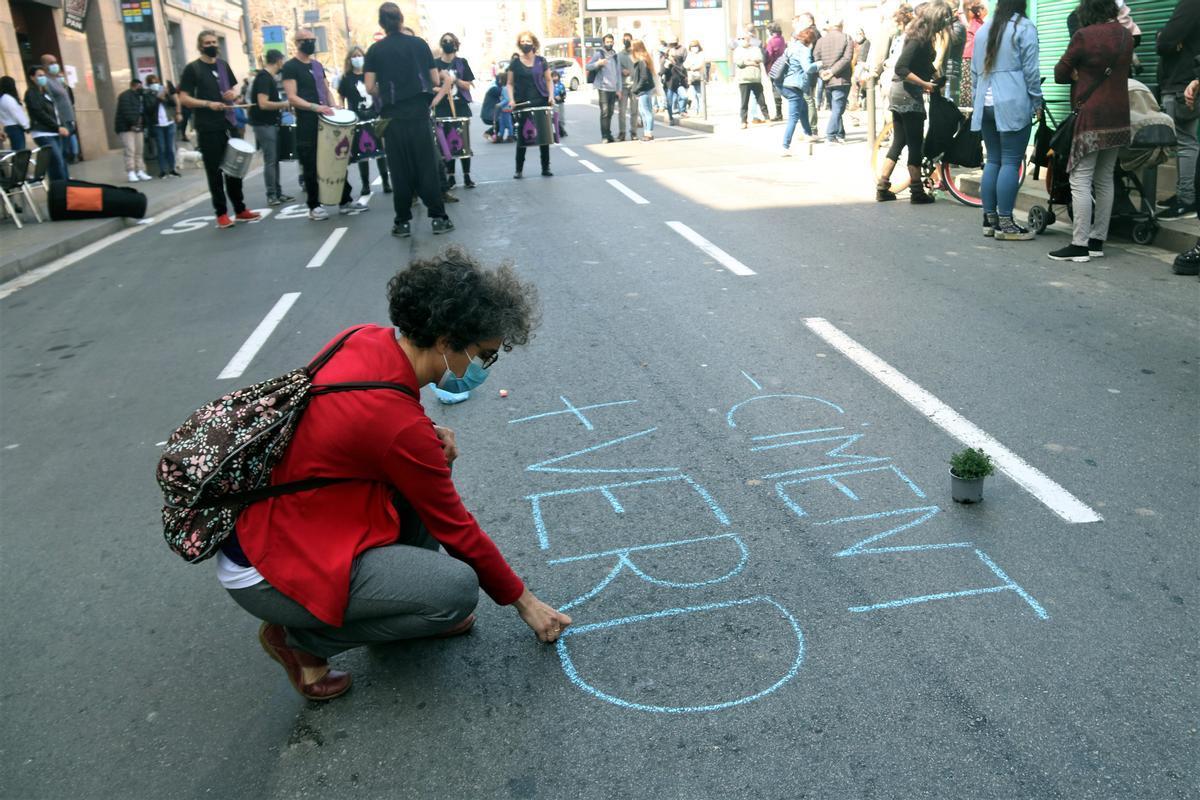 Una de las calles cortadas en L'Hospitalet en el marco de la campaña 'Confinemos a los coches. Recuperemos la ciudad'.