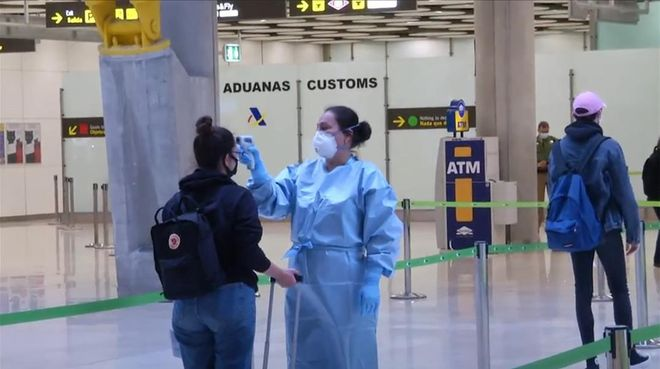 Control de toma de temperaturas a los pasajeros de un vuelo internacional a su llegada al aeropuerto de Madrid Barajas.