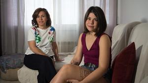 María Ángeles e Ylenia, madre e hija intolerantes a la fructosa y el sorbitol, posan en el comedor de su casa