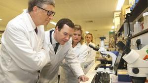 Bill Gates y el ministro George Osborn, ayer, visitando la escuela de medicina tropical de Liverpool.