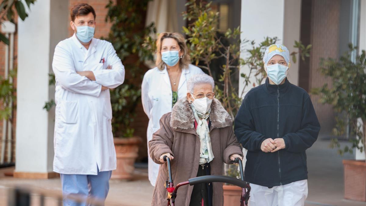 Araceli Rosario Hidalgo, la residente mas longeva de la residencia de mayores Los Olmos de Guadalajara, acompañada de la sanitaria Mónica Tapias tras recibir la segunda dosis de la vacuna Pfizer-BioNTech, el pasado 18 de enero.