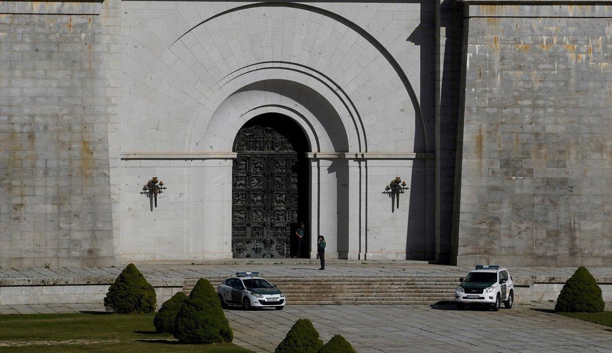 Este domingo, coches de la Guardia Civil se interponían en labor de vigilancia ante la entrada trasera de la basílica del Valle de los Caídos.