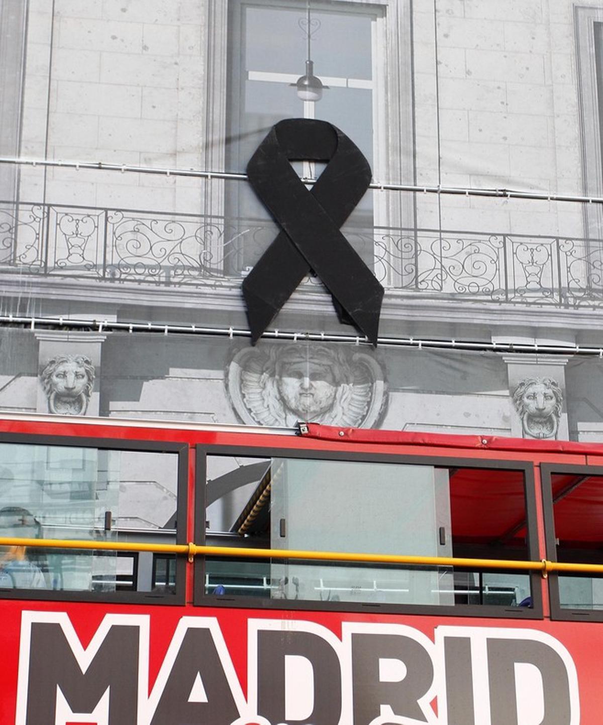 Fachada de la Real Casa de Correos sede del Gobierno de la Comunidad de Madrid que luce un gran crespon negro por el atentado ocurrido hoy en las ramblas de Barcelona.