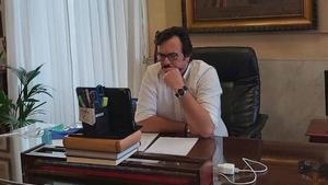 El alcalde de Cádiz, José Maria González Santos, en una reunión telemática en su despacho del Ayuntamiento.