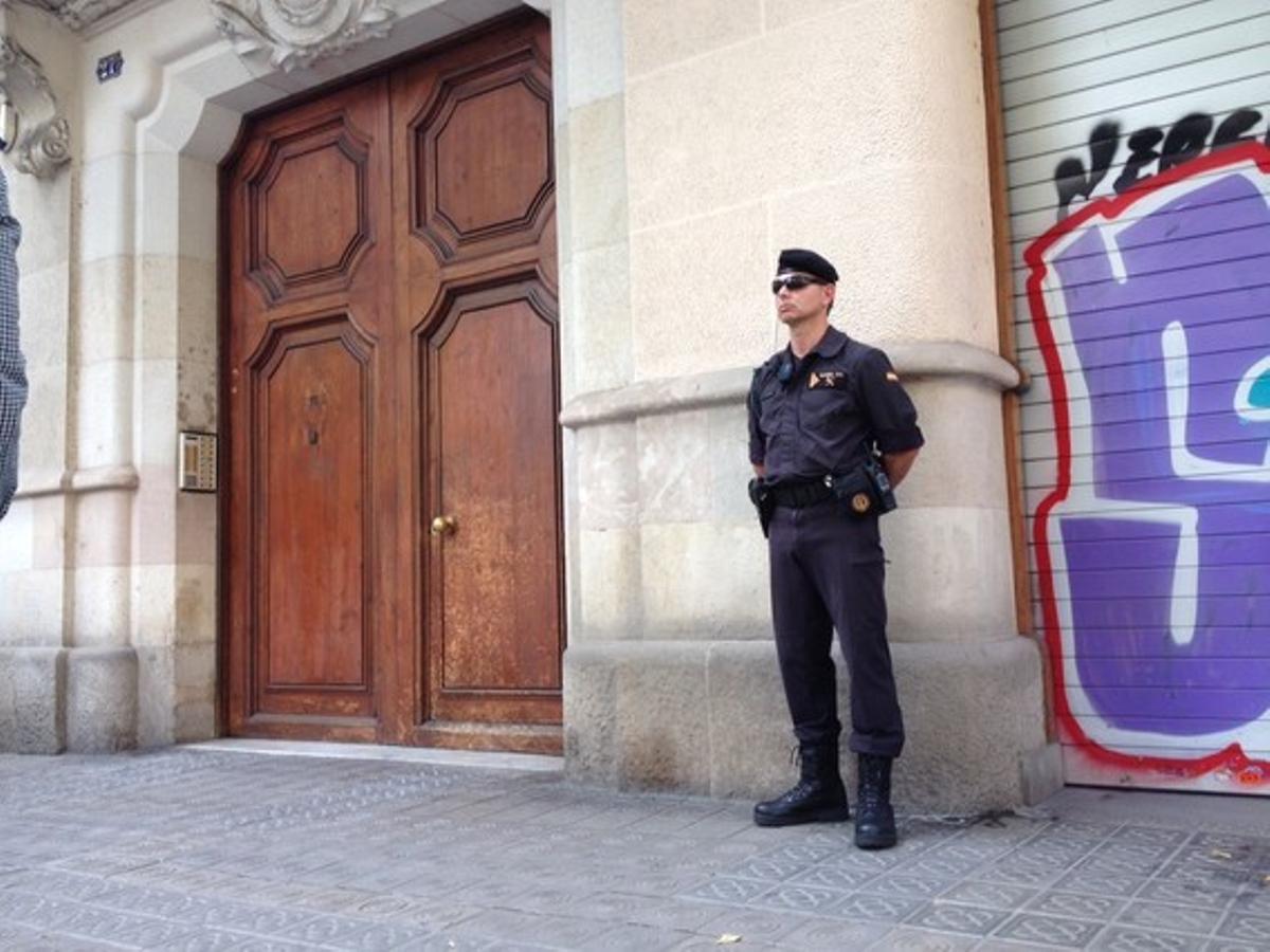 Agentes de la Guardia Civil, este viernes, durante el registro del Ayutamiento de Sant Celoni.