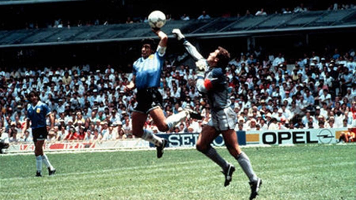 Maradona y la mano de Dios ante Shilton.