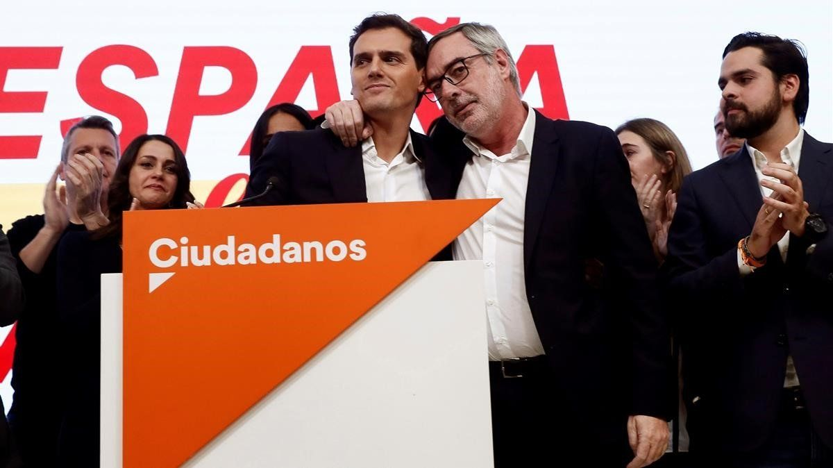 El líder de Ciudadanos, Albert Rivera junto al secretario general, José Manuel Villegas, durante la valoración electoral del partido celebrada esta noche en Madrid.