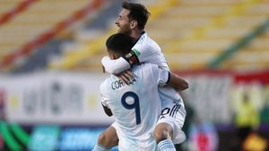 Correa y Messi celebran el segundo tanto argentino.