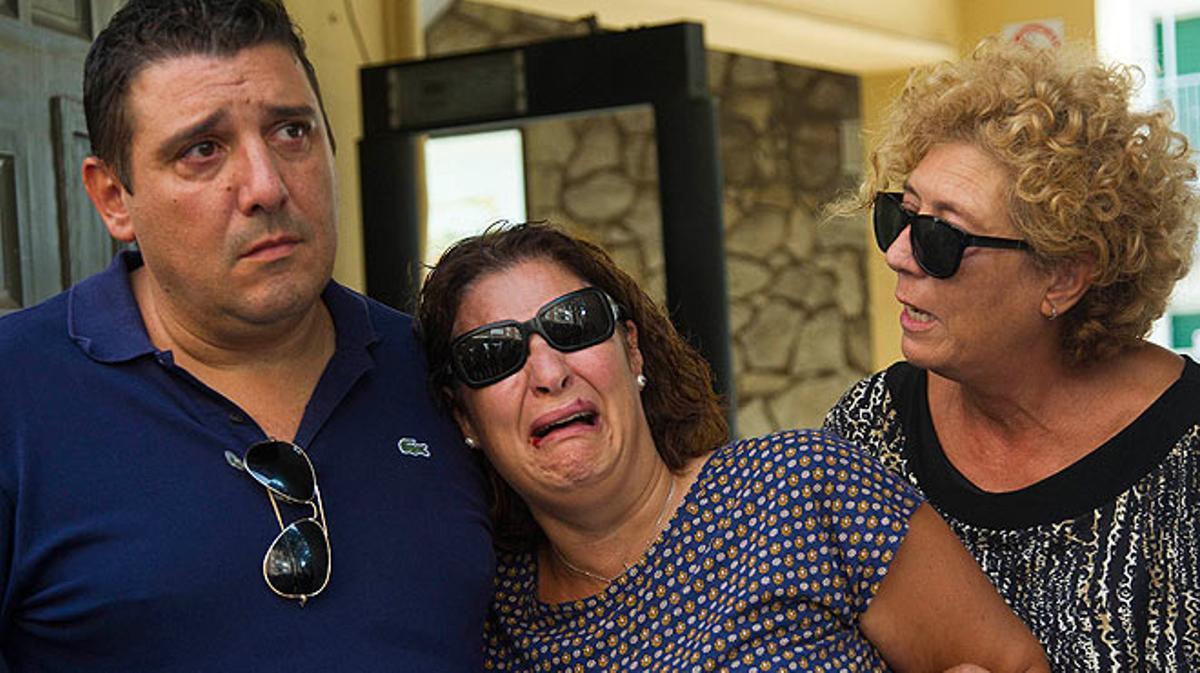 Unos padres entregan a su hijo adoptivo a su madre biológica.