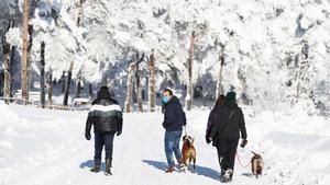 Varias personas caminan entre la nieve en O Cebreiro (Lugo).