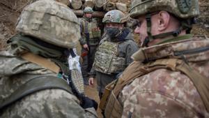 El presidente de Ucrania,  Volodymyr Zelensky, en le centro de la imagen, vestido de militar duranta la visita que ha hecho hoy a la tropas en Donetsk, en el este del país.