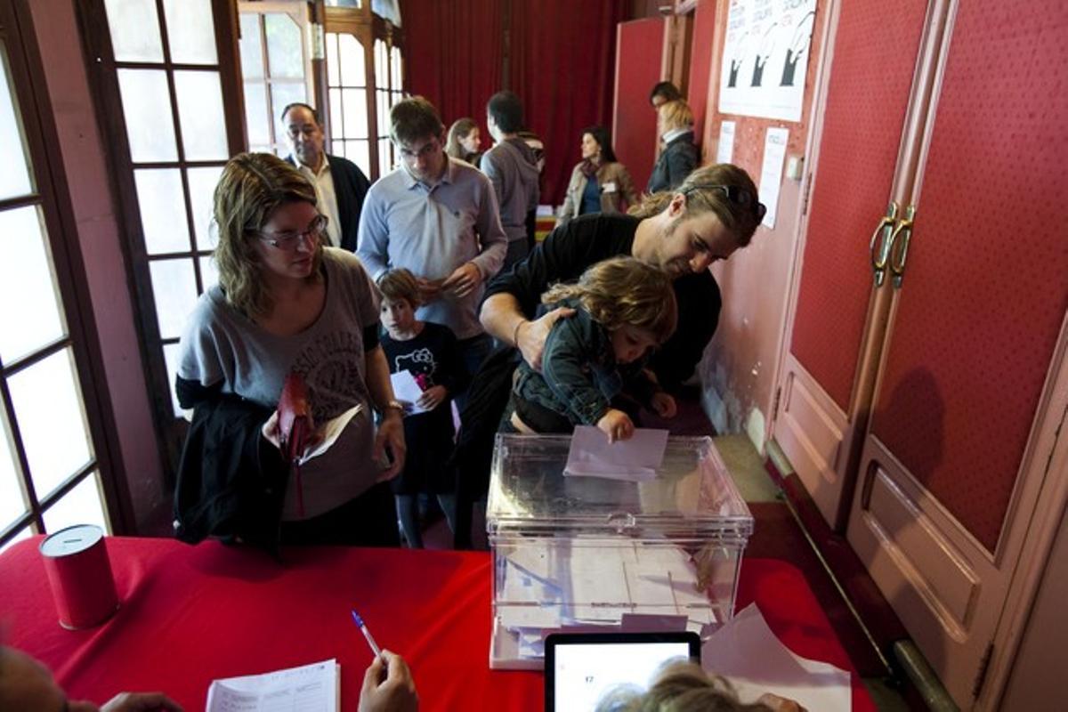 Diversos ciudadanos depositan hoy su voto en la consulta soberanista de Rubí.