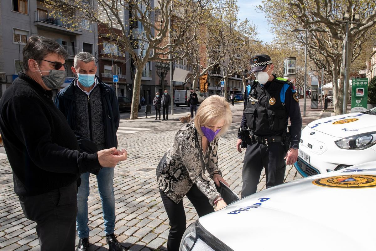 La Alcaldesa de Esplugues inaugura los dos nuevos coches eléctricos de la Policia Local