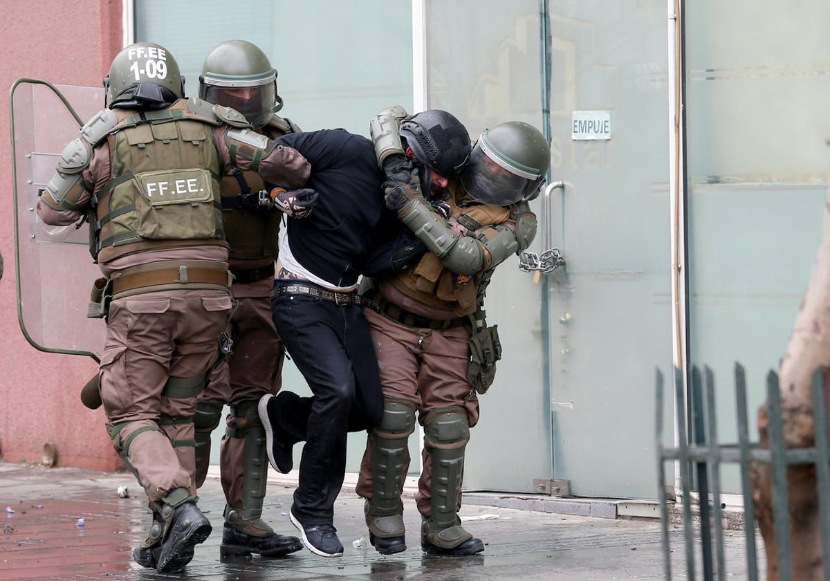 La capital chilena se ha convertido en un campo de batalla entre los ciudadanos y los carabineros.