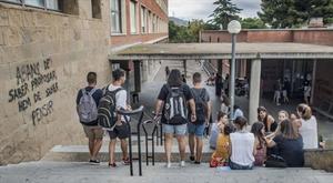 Estudiantes en la facultad de Educación de la Universitat de Barcelona, en el campus de Mundet.