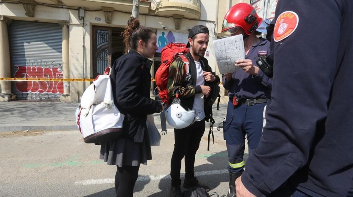 Los vecinos afectados siendo informados por los bomberos.
