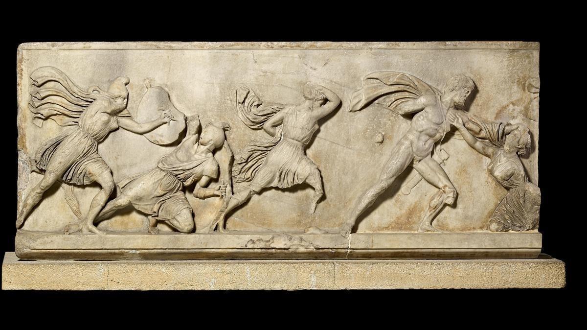 Parte del friso de mármol del Mausoleo de Halicarnaso, en la exposición 'Agón! La competición en la antigua Grecia'.