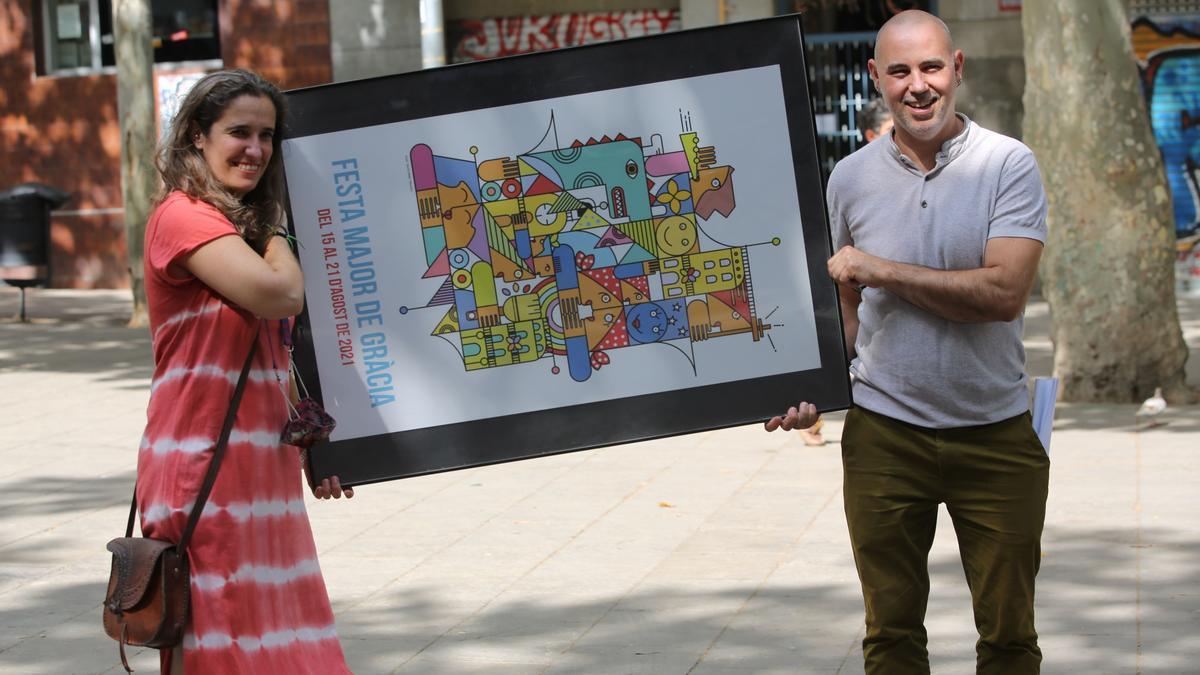 El concejal de Gràcia, Eloi Badia, y la presidenta de la Fundació Festa Major de Gràcia, Carla Carbonell, muestran el cartel de este año.