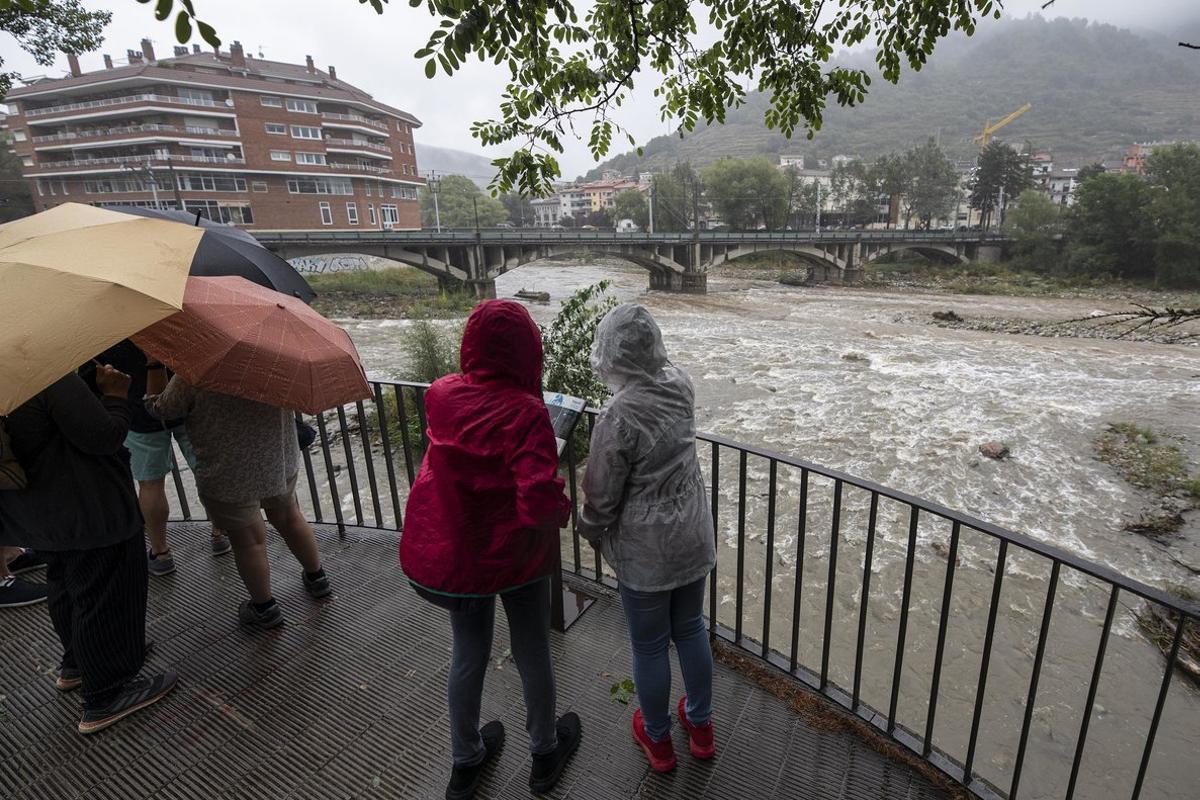 Un grupo de personas, junto a la confluencia entre los ríos Fresser y Ter a su paso por Ripoll.