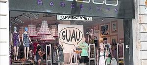 Una pareja de turistas de compras, un domingo, en Barcelona.