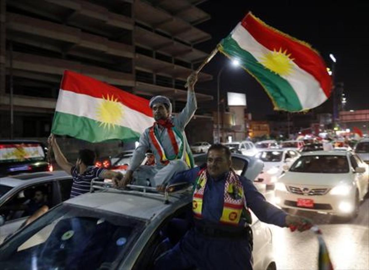 Ciudadanos kurdos celebran la victoria del 'sí' en el referéndum del pasado 25 de septiembreen Erbil.