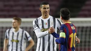 Soccer Football - Champions League - Group G - FC Barcelona v Juventus - Camp Nou  Barcelona  Spain - December 8  2020 Juventus  Cristiano Ronaldo with FC Barcelona s Lionel Messi before the match REUTERS Albert Gea