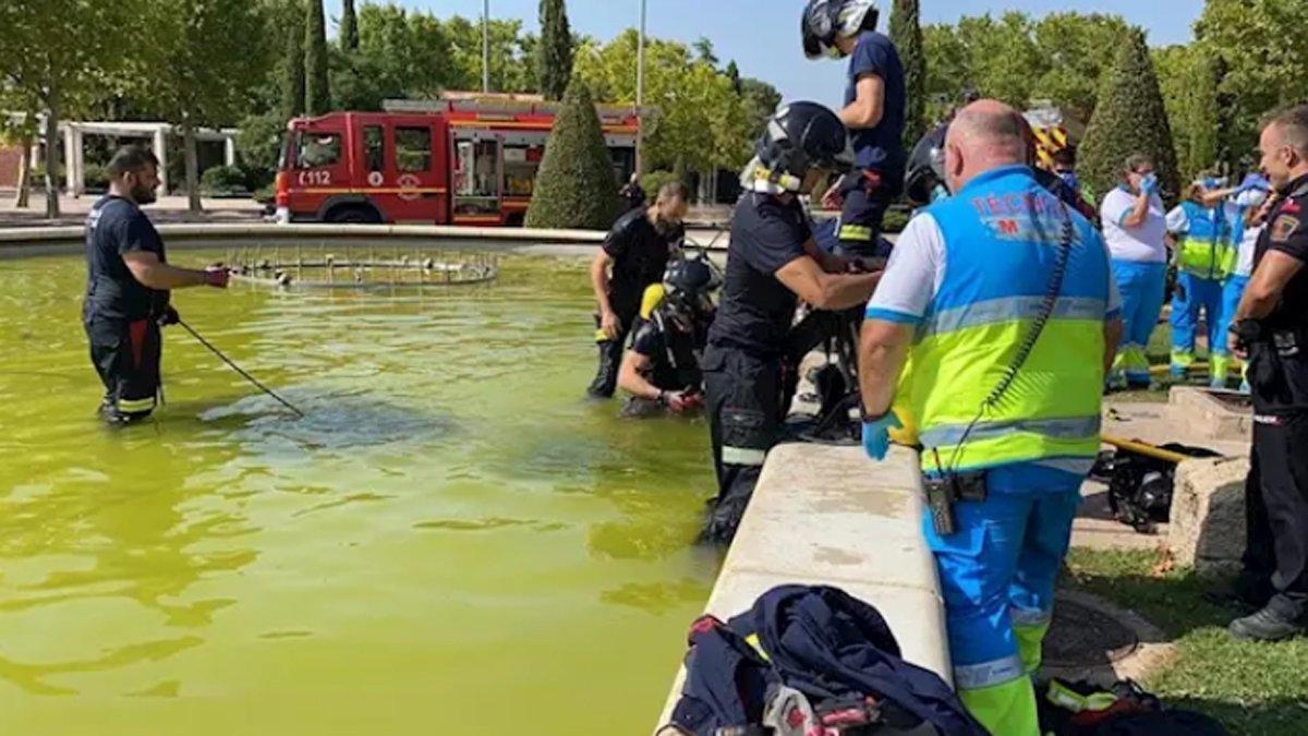 Bomberos de Móstoles y personal del SUMMA 112 en la fuente ornamental donde ha fallecido un joven de 16 años ahogado.