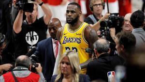 Lebron James abandona la cancha tras su primera derrota con los Lakers.