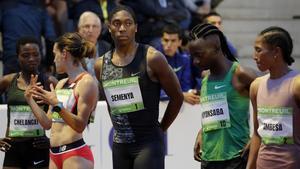 La atleta sudafricana Caster Semenya, con otras atletas, en la prueba de 2.000 metros de París.