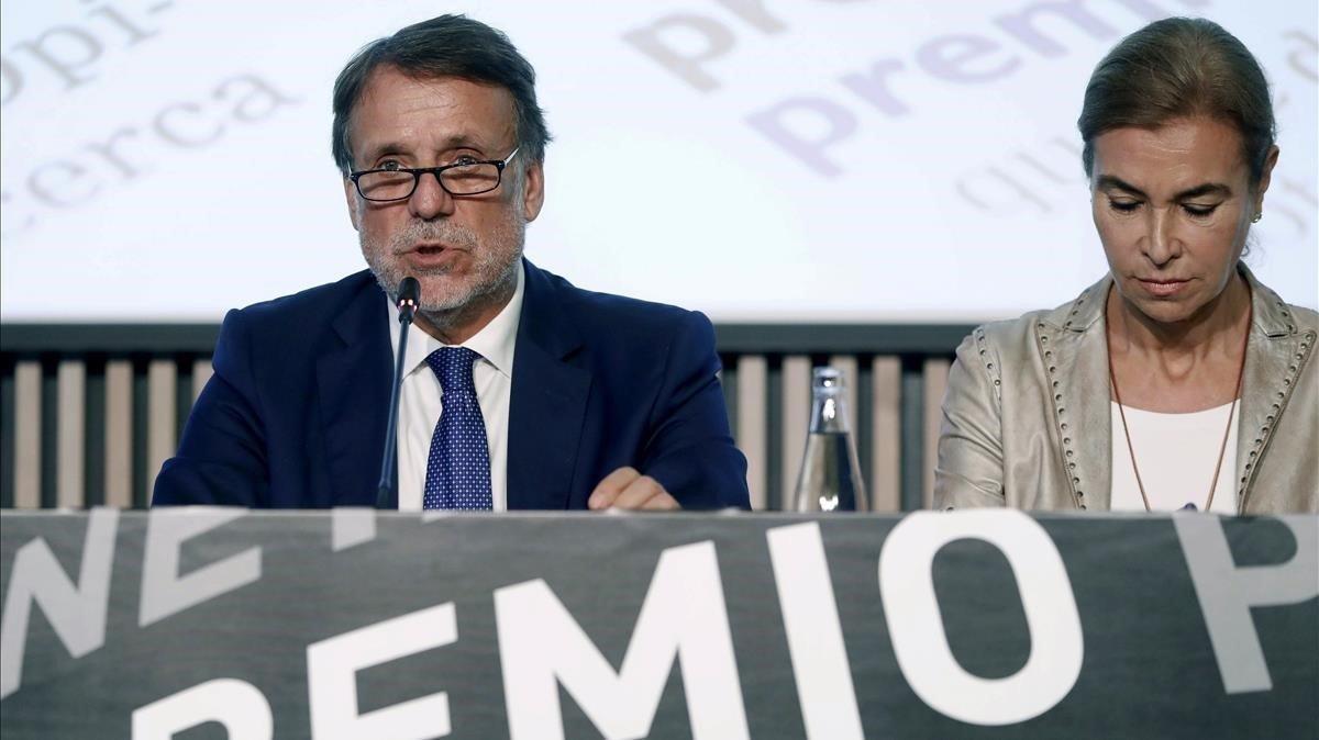 El presidente de Planeta, José Creuheras, y Carmen Posadas, miembro del jurado del premio.