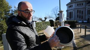 Alfons Puertas, meteorólogo del observatorio Fabra, con un pluviómetro, este sábado