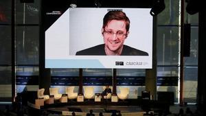 Edward Snowden participa en unas jornadas en Estoril por videoconferencia, en mayo del 2017.