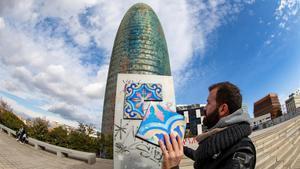 Joan Juncosa ha pegado esta semana cuatro baldosas grafiteadas con la Torre Agbar de fondo.