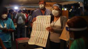 Un momento del escrutinio electoral tras los comicios en El Salavador.