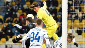 Pau Torres se eleva por encima de tres rivales, este jueves en Kiev.