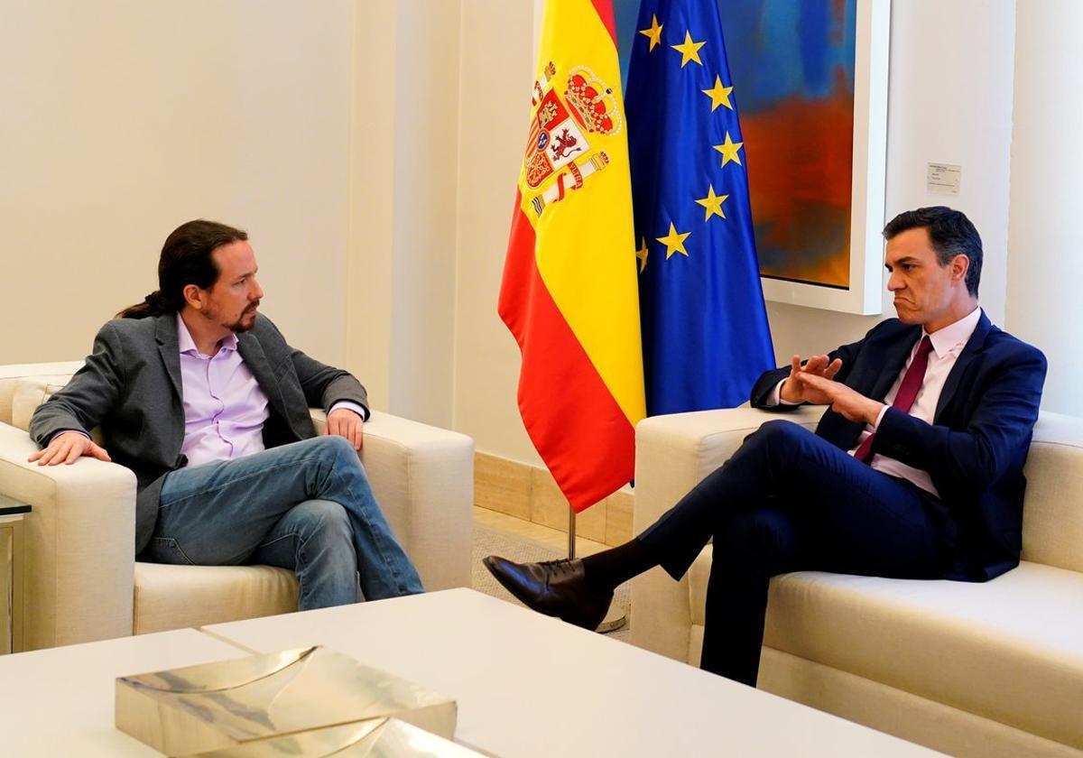 El presidente del Gobierno en funciones, Pedro Sánchez, y el líder de Podemos, Pablo Iglesias, en una reunión en el Palacio de la Moncloa.