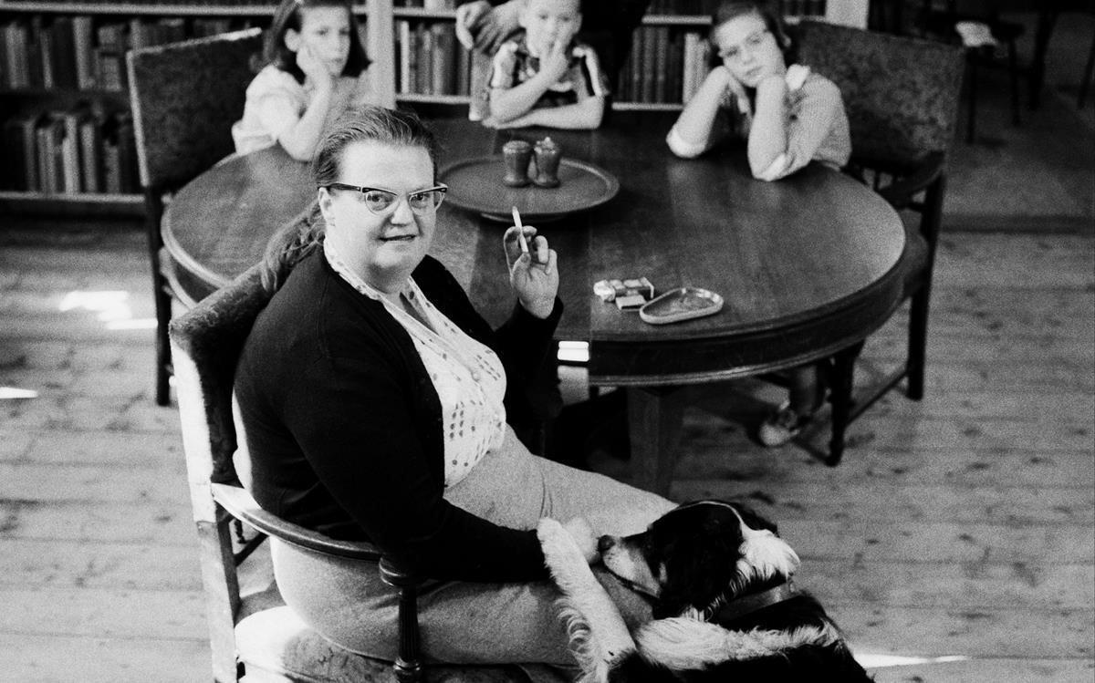 Shirley Jackson, en una imagen de 1956, con sus hijos.