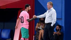 Koeman espera a Messi al final del amistoso con el Girona en el estadi Johan Cruyff.