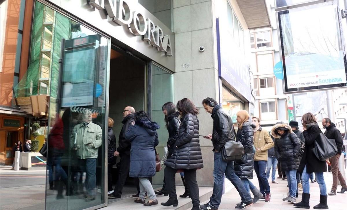 Colas ante la sede principal de la Banca Privada de Andorra (BPA) tras conocerse la investigación sobre el banco.
