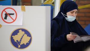 Una mujer vota en un colegio electoral de Pristina, este domingo.